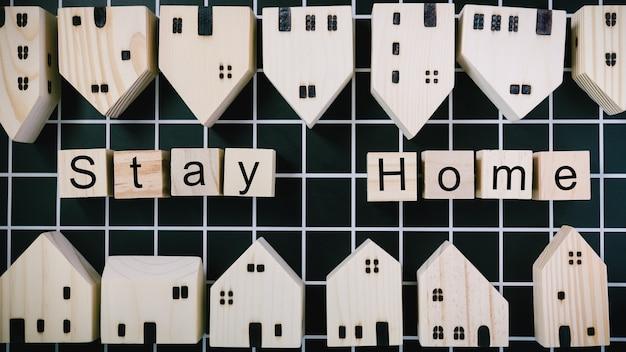 Modèle de maison près des blocs avec texte stay home