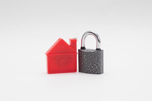 Modèle de maison rouge avec cadenas. économiser de l'argent pour l'immobilier.
