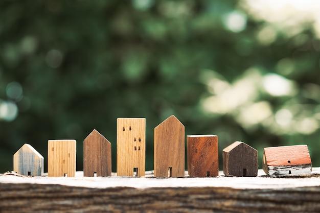 Modèle de maison sur table en bois