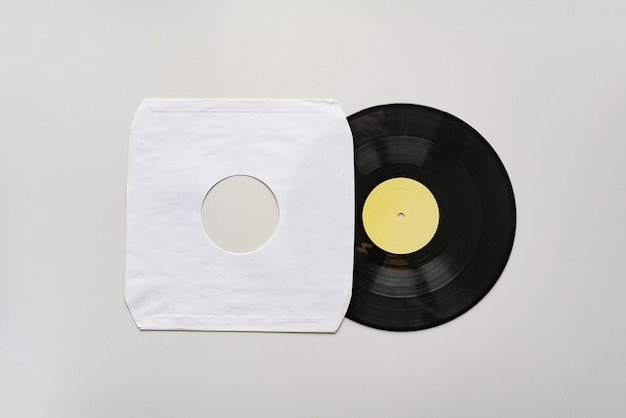 Un modèle de maquette avec le nouveau disque vinyle sur une surface de couleur, conception de couverture d'album de musique