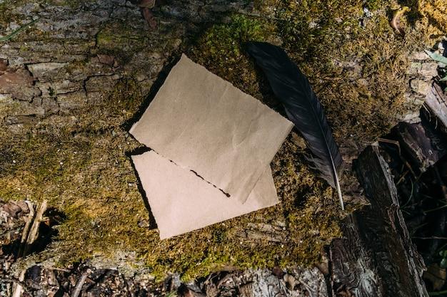 Modèle de maquette de papier artisanal sur le fond de la nature magique de la forêt