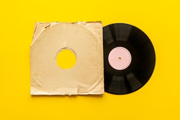 Un modèle de maquette simple d'un disque vinyle isolé sur une surface couleur