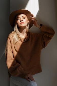 Modèle avec le maquillage d'automne de mode à la lumière
