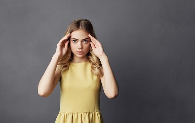 Modèle de maquillage gros plan émotion jolie blonde.