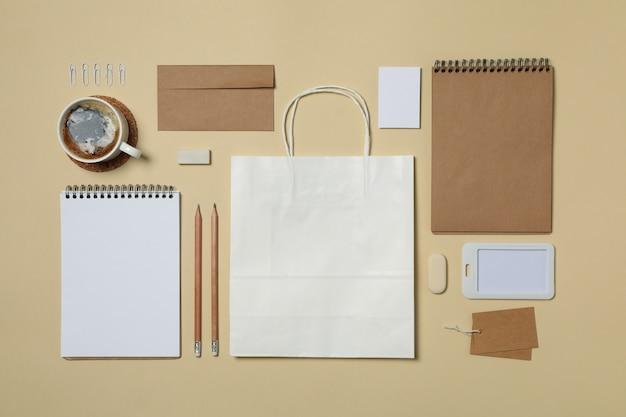 Modèle de marque d'entreprise maquette sur fond beige, espace pour le texte