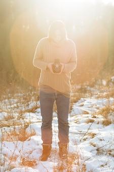 Modèle masculin à l'aide d'un appareil photo rétro