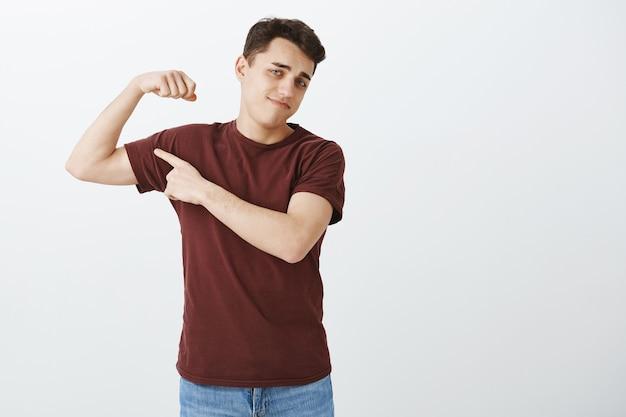 Modèle masculin attrayant insatisfait mécontent en tenue décontractée