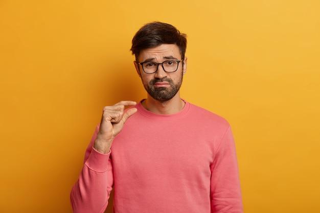 Modèle masculin barbu calme forme petit objet
