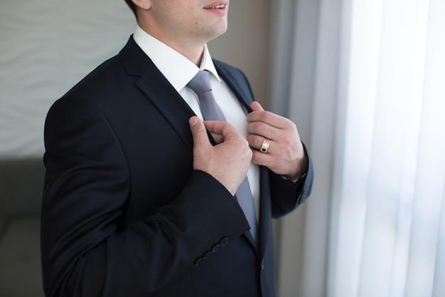 Modèle masculin en costume