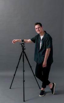 Modèle masculin dans une longue vue de studio