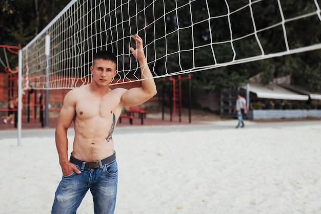 Modèle masculin musclé avec un corps parfait posant en jeans