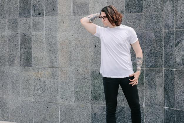 Modèle masculin portant un t-shirt blanc blanc