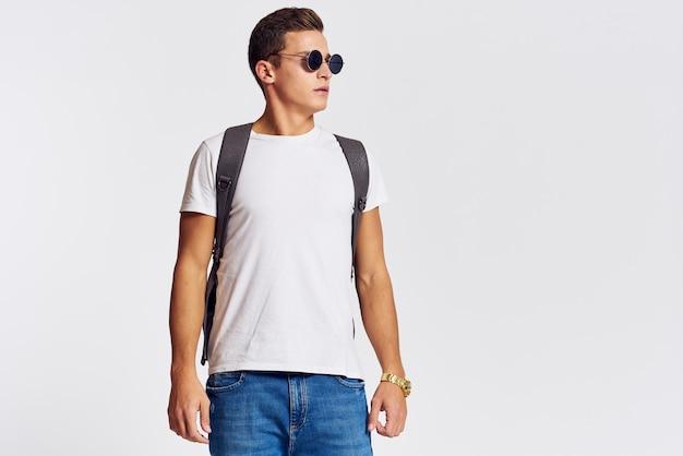 Modèle masculin posant en jeans et un t-shirt blanc