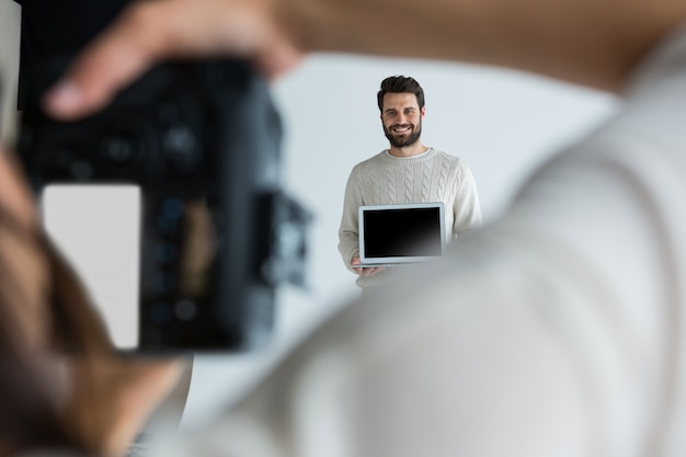 Modèle masculin posant pour une séance photo