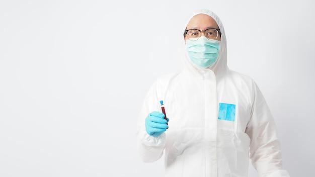 Le modèle masculin avec la suite d'epi et la main portant un gant de médecin tient un tube de test sanguin sur fond blanc.