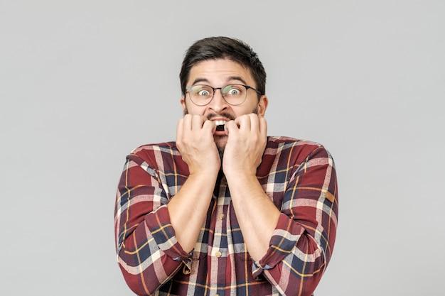 Modèle masculin surpris émotionnel peur isolé sur gris