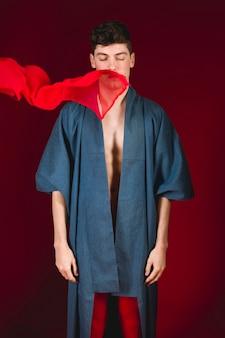 Modèle masculin vue de face en robe bleue