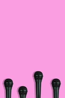 Modèle de microphones noirs sur la vue de dessus de fond rose