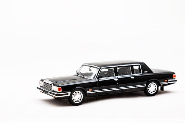 Modèle miniature d'une voiture rétro sur une surface blanche