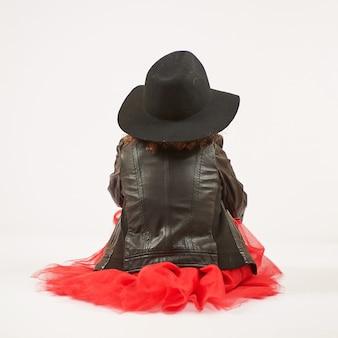 Modèle de mode petite fille avec chapeau noir
