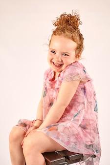 Modèle de mode petite fille en robe rose