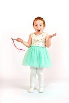 Modèle de mode petite fille en robe verte