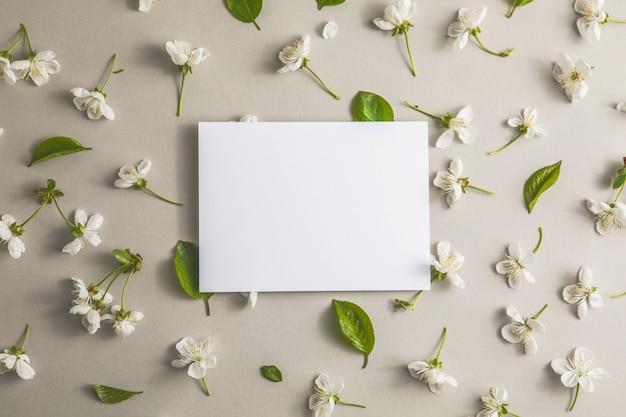 Modèle de modèle de carte de voeux de fleurs de cerisier et blanches happy womans day concept de pâques de printemps