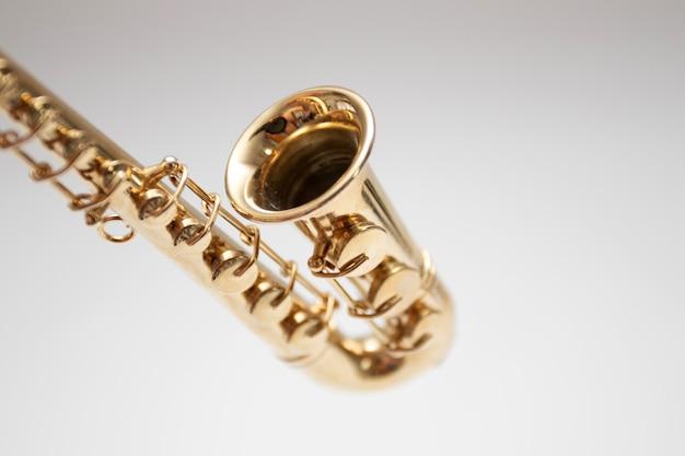 Modèle de modèle de saxophone miniature sur fond blanc