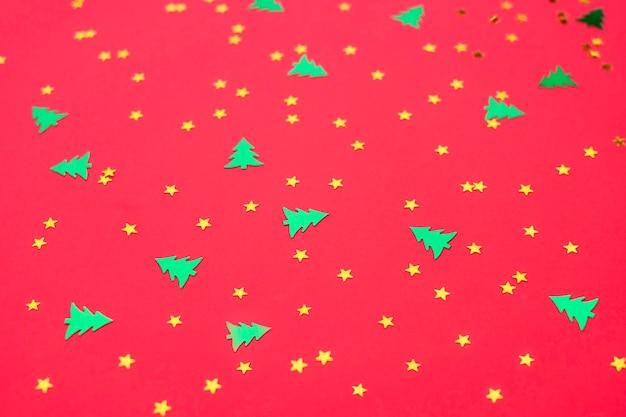 Modèle de noël avec arbre du nouvel an et étoiles sur rouge
