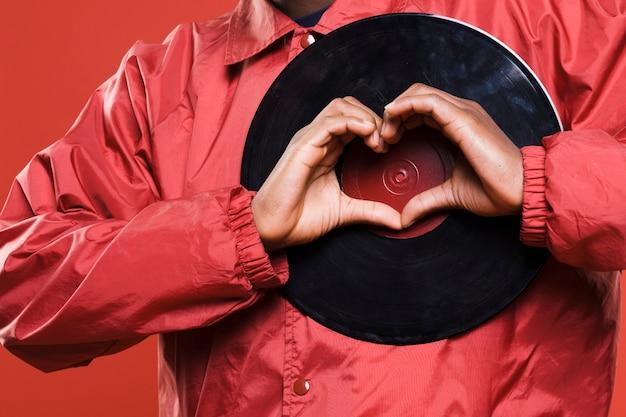 Modèle noir posant avec des vinyles