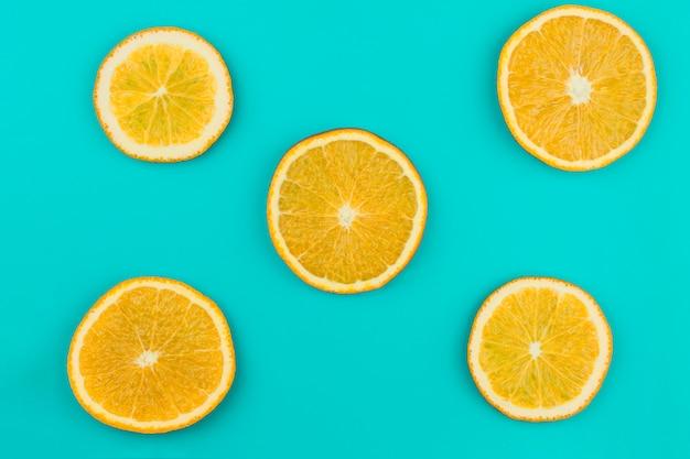 Modèle d'oranges juteuses tranchées