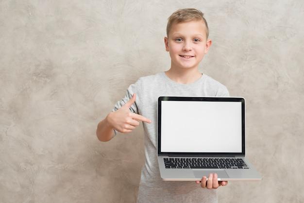 Modèle d'ordinateur portable présentant garçon