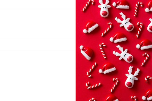 Modèle d'ornement de noël rouge et blanc, composition de haut en bas à plat