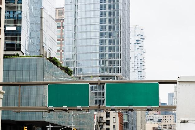 Modèle de panneau d'affichage ci-dessus route de la ville