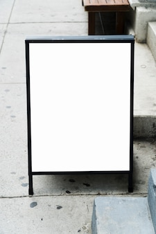 Modèle de panneau d'affichage debout devant le magasin