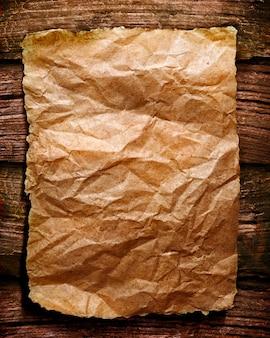 Modèle de papier de texture déchiré avec du bois