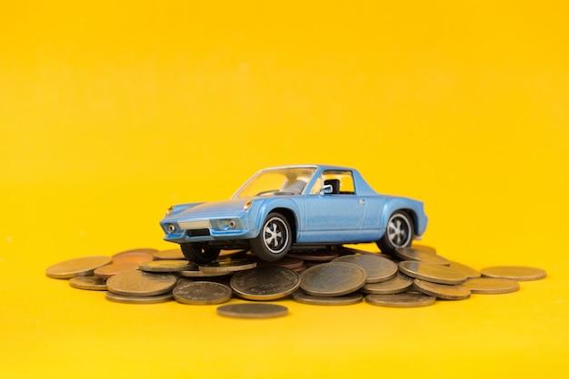 Modèle de parking bleu sur pile de pièces d'or
