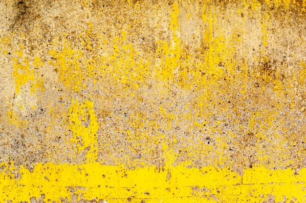 Modèle de peinture jaune sur le vieux mur de béton, vieille peinture jaune sur le mur de ciment pour l'abstrait