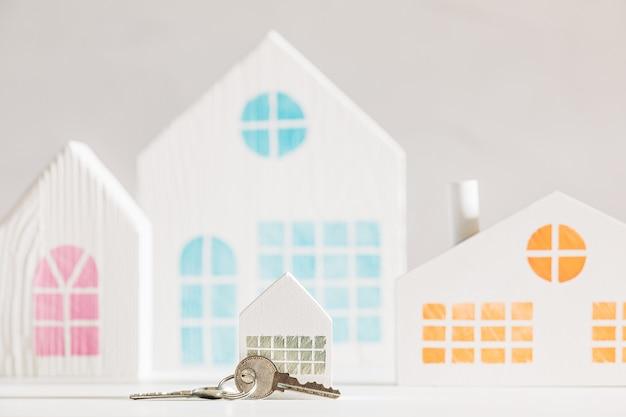 Modèle de petite maison blanche avec clés dans une petite ville ou une banlieue