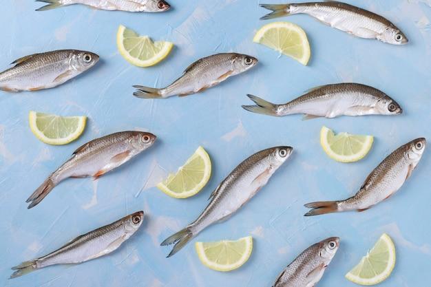 Modèle de petits poissons avec des tranches de citron