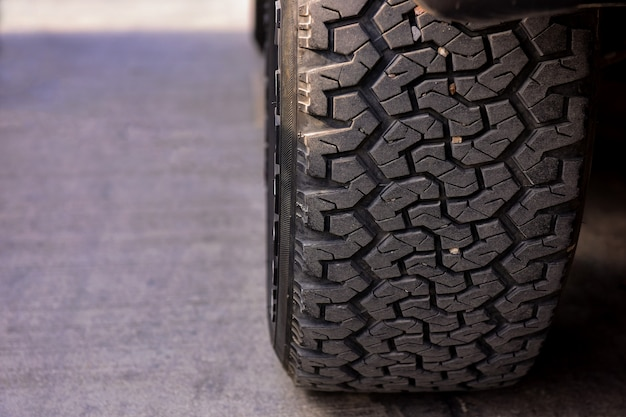 Modèle de pneus de voiture garée