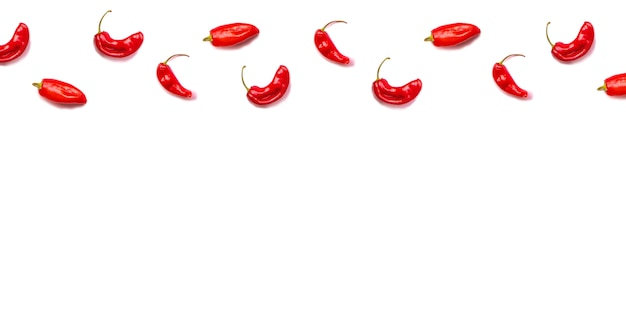 Modèle de poivrons de piment rouge chaud plat poser isolé sur blanc