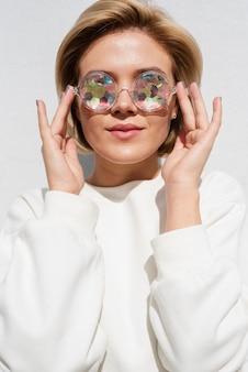 Modèle portant des lunettes holographiques