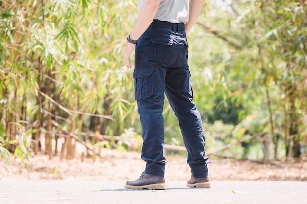 Modèle portant un pantalon cargo de couleur bleue ou un pantalon cargo