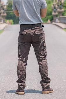 Modèle portant un pantalon cargo de couleur marron ou un pantalon cargo