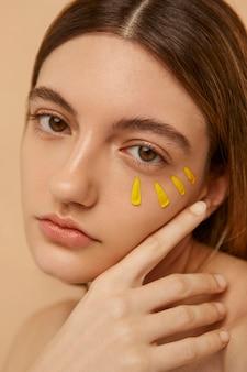 Modèle posant avec des pétales jaunes se bouchent