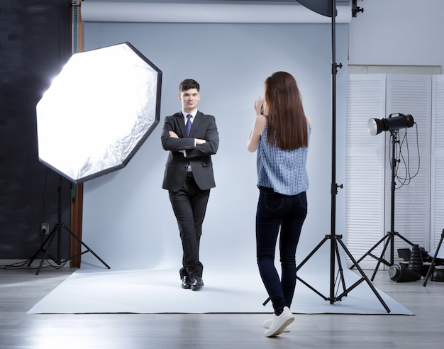 Modèle posant pour un photographe professionnel au studio