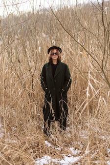 Modèle posant en vêtements d'hiver à la lumière du jour