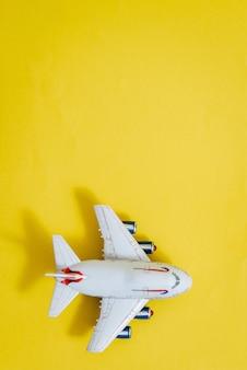 Modèle réduit d'avion, avion sur l'espace de couleur jaune