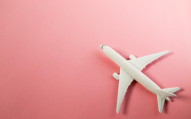 Modèle réduit d'avion, avion sur fond de couleur pastel